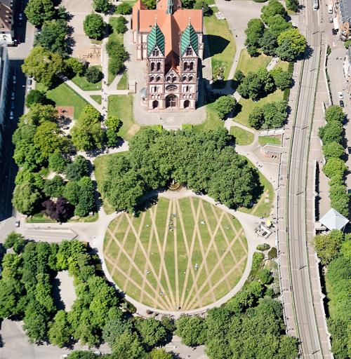 Ralf-Witthaus-Freiburg-Foto-Harald-NEUMANN2011056585CRO-lawn art