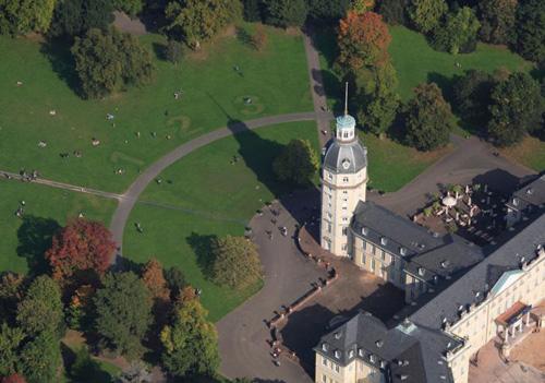 Ralf Witthaus-Rasenmäherzeichnung Die Welt ist eine Scheibe - Karlsruher Schloss - Sonnenuhr Foto-Heiko Breckwold