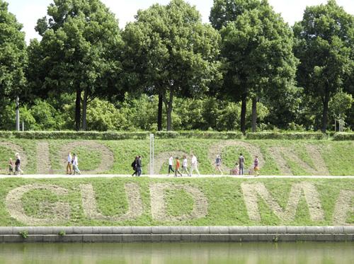 lawn art Rasenmäherzeichnung Ralf Witthaus _ Gott mit uns : oder- das Friedensdenkmal IMG_2062-gerad-web500